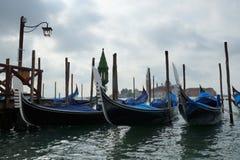 Góndola de la mañana en un canal en Venecia central, Itali Fotografía de archivo