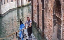 Góndola de los inhis del gondolero en Venecia, Italia, Europa fotografía de archivo libre de regalías