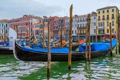 Góndola en canal pintoresco en Venecia Italia Fotos de archivo libres de regalías