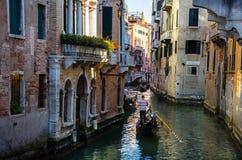 Góndola en el canal de Venecia Imagen de archivo libre de regalías