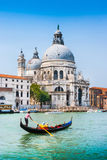 Góndola en el canal grande con los di Santa Maria della Salute, Venecia, Italia de la basílica imagen de archivo libre de regalías