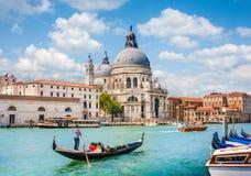 Góndola en el canal grande con los di Santa Maria della Salute, Venecia, Italia de la basílica Foto de archivo