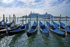 Góndola en el canal magnífico de Venecia imágenes de archivo libres de regalías