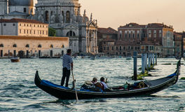 Góndola en el canal magnífico en Venecia Fotos de archivo