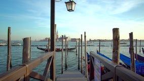 Góndola en el canal magnífico en Venecia almacen de video