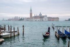 Góndola en el canal magnífico, Venecia Isla de San Jorge con la iglesia y campanario en la distancia Fotos de archivo libres de regalías