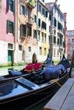Góndola en el canal Venecia Imagenes de archivo