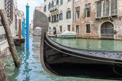 Góndola en los canales de Venecia imágenes de archivo libres de regalías