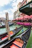 Góndola en los canales de Venecia foto de archivo