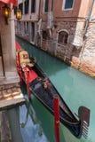 Góndola en los canales de Venecia fotos de archivo libres de regalías