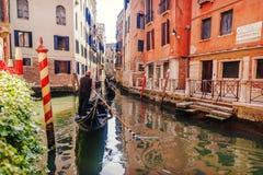 Góndola en los canales de Venecia Imagen de archivo