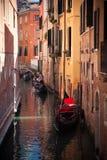 Góndola en los canales en Venecia Fotos de archivo libres de regalías