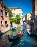 Góndola en los canales en Venecia Imagenes de archivo