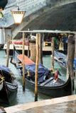 Góndola en Rio Grande, delante del puente de Rialto, Venecia Foto de archivo libre de regalías