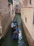 Góndola en un canal estrecho de Venecia Imagen de archivo
