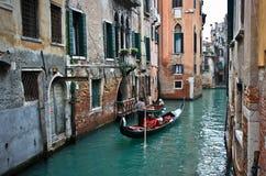 Góndola en un canal veneciano Imagenes de archivo