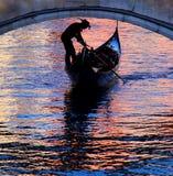 Góndola en Venecia con colores hermosos en el watersurface Imagen de archivo