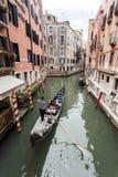 Góndola encendido en un canal veneciano, Venecia, Italia Imagen de archivo libre de regalías