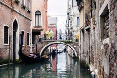 Góndola encendido en un canal veneciano, Venecia, Italia Fotos de archivo