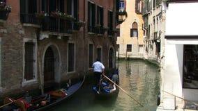 Góndola que va abajo de un canal en Venecia Italia almacen de metraje de vídeo