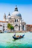 Góndola tradicional en el canal grande con los di Santa Maria della Salute de la basílica en Venecia, Italia fotos de archivo libres de regalías