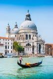 Góndola tradicional en el canal grande con los di Santa Maria, Venecia, Italia de la basílica foto de archivo