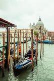 Góndola tradicional en Venecia, Italia foto de archivo