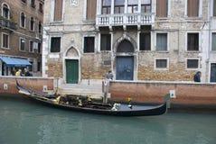 Góndola veneciana vacía en canal Fotografía de archivo libre de regalías