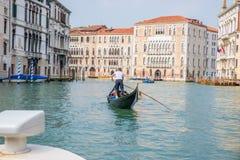Góndola y gondolero en Venecia Italia Imagen de archivo