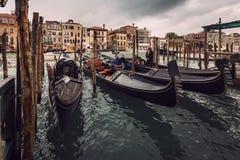 Góndolas amarradas alrededor de un embarcadero de madera en Venecia foto de archivo