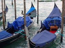 Góndolas amarradas en la laguna veneciana Fotografía de archivo