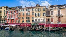 Góndolas amarradas junto a Grand Canal en el puente de Rialto en Venecia, Italia fotos de archivo