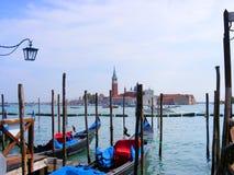 Góndolas azules en Venecia, Italia Fotos de archivo