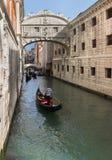 Góndolas cerca del puente de la visión de suspiros en Venecia, Italia Imágenes de archivo libres de regalías