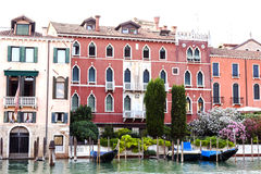 Góndolas cubiertas encendido en un canal veneciano, Venecia, Italia fotos de archivo libres de regalías
