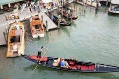 Góndolas cubiertas encendido en un canal veneciano, Venecia, Italia Imagen de archivo libre de regalías