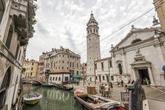 Góndolas cubiertas encendido en un canal veneciano, Venecia, Italia imagen de archivo