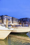 Góndolas cubiertas encendido en un canal veneciano, Venecia, Italia imagenes de archivo