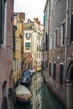 Góndolas cubiertas encendido en un canal veneciano, Venecia, Italia foto de archivo libre de regalías