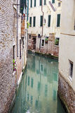 Góndolas cubiertas encendido en un canal veneciano, Venecia, Italia Fotografía de archivo