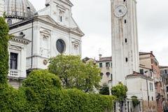 Góndolas cubiertas encendido en un canal veneciano, Venecia, Italia fotografía de archivo libre de regalías
