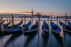 Góndolas de Venecia en el amanecer Foto de archivo libre de regalías