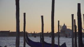 Góndolas de Venecia que se sacuden en las ondas y los edificios almacen de metraje de vídeo