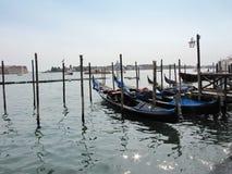 Góndolas de Venecia - tarde italiana Imagen de archivo libre de regalías