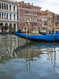Góndolas en el canal grande en Venecia Fotos de archivo libres de regalías