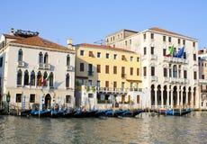 Góndolas en el canal magnífico en Venecia en Italia Fotos de archivo