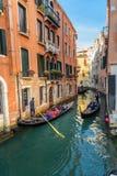 Góndolas en el canal Rio di San Moise en Venecia Italia imágenes de archivo libres de regalías