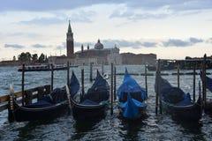 Góndolas en el embarcadero en Venecia foto de archivo
