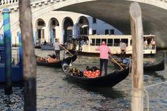 Góndolas en el puente de Rialto en Venecia, Italia imagenes de archivo