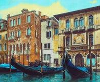 Góndolas en Venecia en el backgrownd de casas viejas stock de ilustración